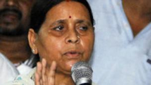 लालू प्रसाद के जेल जाने के बाद पार्टी की कमान उनकी पत्नी राबड़ी देवी ने संभाली.