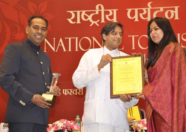 केन्द्रीय मंत्री शशि थरूर से होटल फतहप्रकाश पैलेस को मिले सम्मान को प्राप्त करते वृंदा राजे सिंह एवं आदित्यवीर सिंह।