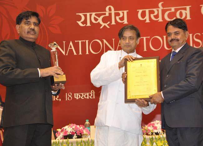 केन्द्रीय मंत्री शशि थरूर से होटल गजनेर पैलेस को मिले सम्मान को प्राप्त करते मदन सिंह शेखावत एवं रघुवीर सिंह।